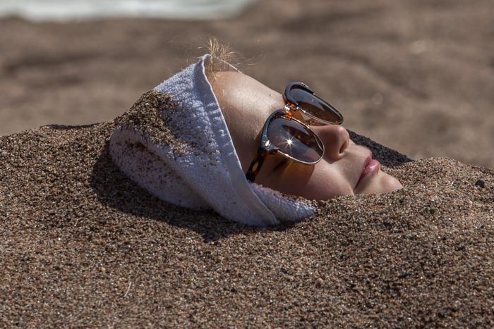 tyttä hiekassa