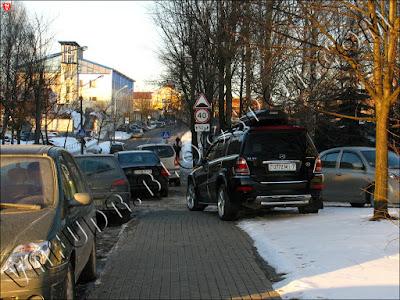 Мерседес припаркован на Велосипедном переулке