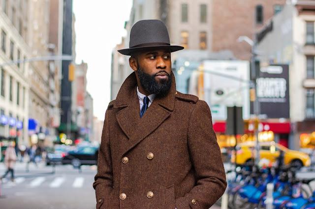 atractivo hombre negro modelando en la calle