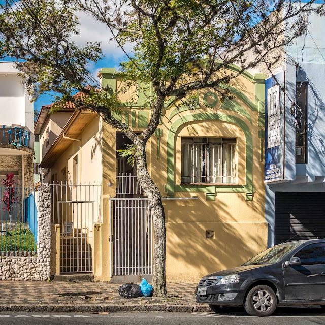 Uma casinha pintada de amarelo e verde