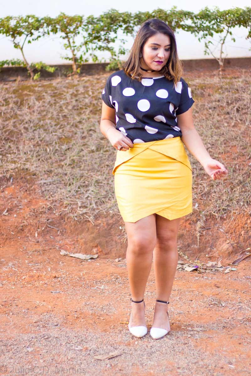 Repetindo a peça: como usar a saia amarela com recortes
