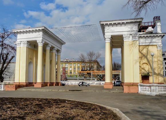 Днепр. Колоннада центрального входа в парк им. Лазаря Глобы. Стиль «сталинский ампир»