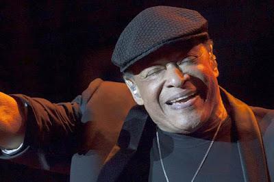 "Biografi Al Jarreau               Alwyn Lopez ""Al Jarreau"" (lahir 12 April 1940; umur 71 tahun) merupakan seorang penyanyi berkebangsaan Amerika Serikat. Dia mendapat penghargaan tujuh Nominasi Academy Award versi musik. Dilahirkan di Milwaukee, Wisconsin. Dia merupakan lulusan Universitas Iowa pada tahun 1962. Anak kelima dari enam bersaudara, ia belajar di Student Council President, pergi ke Ripon College, di mana ia juga bernyanyi dengan kelompok yang disebut Indigos. Al lulus pada tahun 1962 dengan gelar Bachelor of Science di Psikologi. Ia melanjutkan untuk mendapatkan gelar master di Kejuruan Rehabilitasi dari Universitas Iowa dan bekerja sebagai Penasihat Rehabilitasi di San Francisco dan moonlighted dengan trio jazz yang dipimpin oleh George Duke. Pada tahun 1967, ia bergabung dengan gitaris akustik Julio Martinez. Duo ini menjadi daya tarik bintang di sebuah klub malam Sausalito kecil bernama Gatsby's. Keberhasilan ini memberikan kontribusi terhadap keputusan Jarreau untuk membuat profesional bernyanyi hidupnya dan karir penuh-waktu.  Pada tahun 1968, Jarreau membuat jazz pekerjaan utamanya. Pada tahun 1969, Jarreau dan Martinez menuju selatan, di mana Jarreau muncul sedemikian Los Angeles titik panas seperti Dino, The Troubadour, dan Bitter West End. paparan televisi berasal dari Johnny Carson, Mike Douglas, Merv Griffin,"