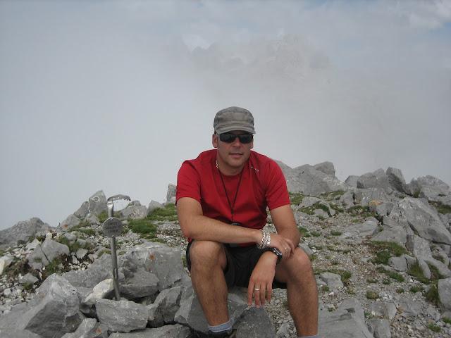 Rutas Montaña Asturias: Foto de cima del Canto Cabronero con la niebla ahí