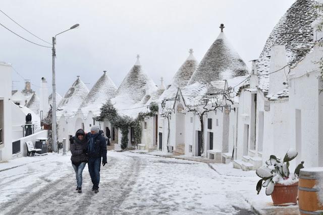 Puglia, neve sui trulli di Alberobello (Italy)