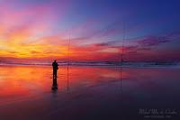 Pescador en la playa al atardecer