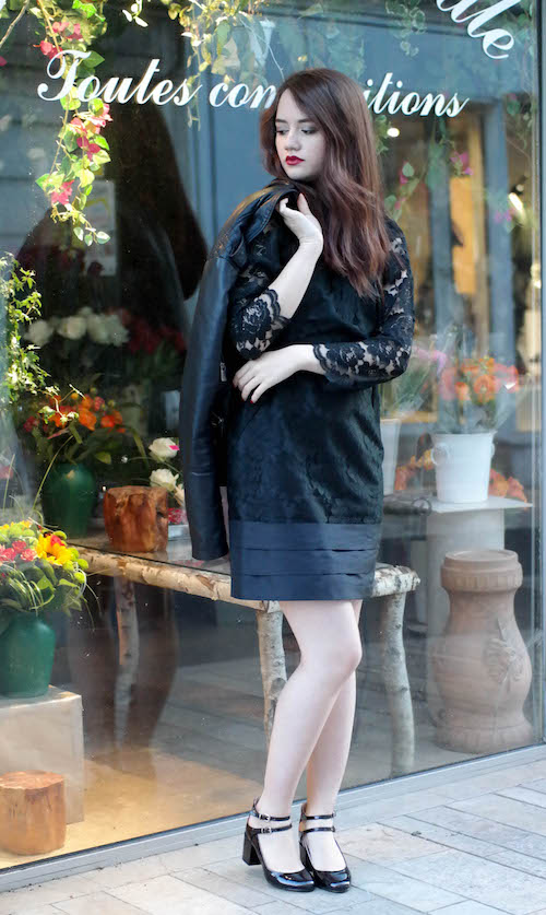 escarpins noire associé à une robe dentelle