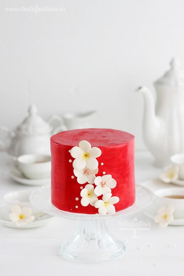Tarta fondant roja con poco colorante