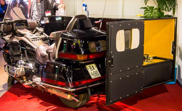 hautaustoimisto moottoripyörä hautausmoottoripyörä moottoripyörällä hautaan arkun kuljetus moottoripyörällä_