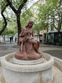 スロバキアのブラチスラバで見つけた銅像(少女とシカ)