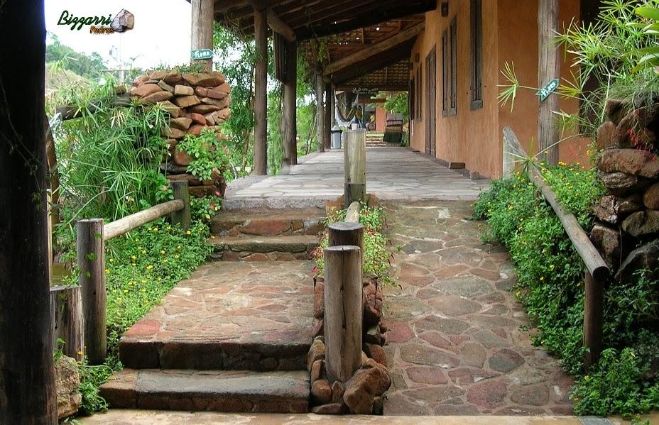 Caminho de pedra moledo tipo chapada ideal para rampa assentada na massa com junta de 1 a 3 cm e execução do paisagismo.