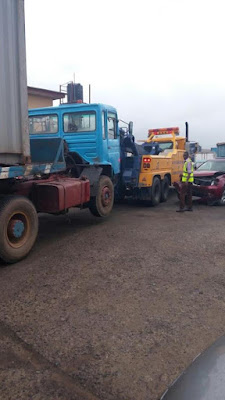 Five injured in accident involving a container truck and commercial bus along Ilupeju Oshodi expressway (see photos)