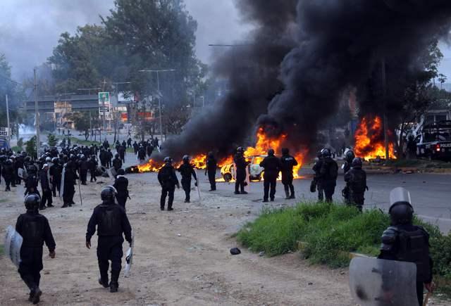CHOCAN 15 HORAS POLICÍAS Y MAESTROS EN OAXACA; SEIS MUERTOS Y 94 HERIDOS