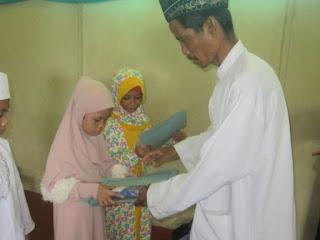 pembagian raport MI Al Raudlah