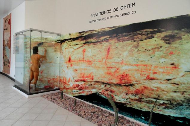 www.canionsxingo.com.br - Pinturas Rupestres e ferramentas são os itens mais encontrados durante as escavações, esta foto remete a uma pintura ainda em exibição hoje, localizada na Fazenda Novo Mundo, um forte sítio arqueológico da Região.