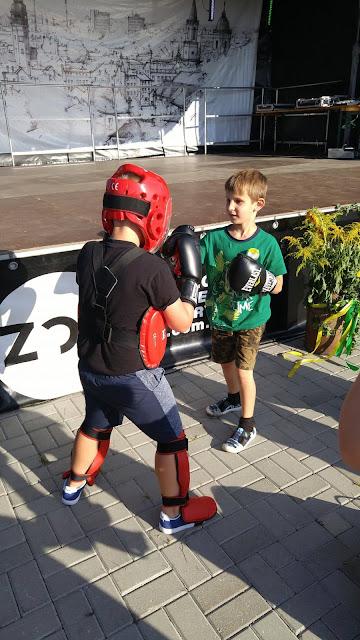 """Zawodnik """"Akademii Zwycięzcy"""" - Alex, przybliża swoim rówieśnikom zasady panujące w sportach walki."""