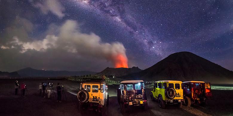 para fotografer berburu bintang di gunung bromo