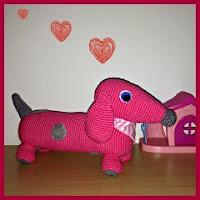 Perrito salchicha rosa amigurumi