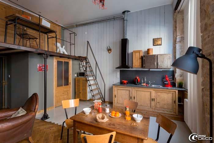 keltainen talo rannalla rustiikkia puuta ja sohvia. Black Bedroom Furniture Sets. Home Design Ideas
