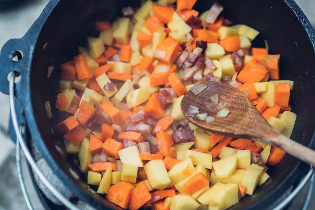Outdoor Kitchen 10  Erbseneintopf aus dem Dutch Oven  Herzhafte Rezepte für Camping und Trekking 09