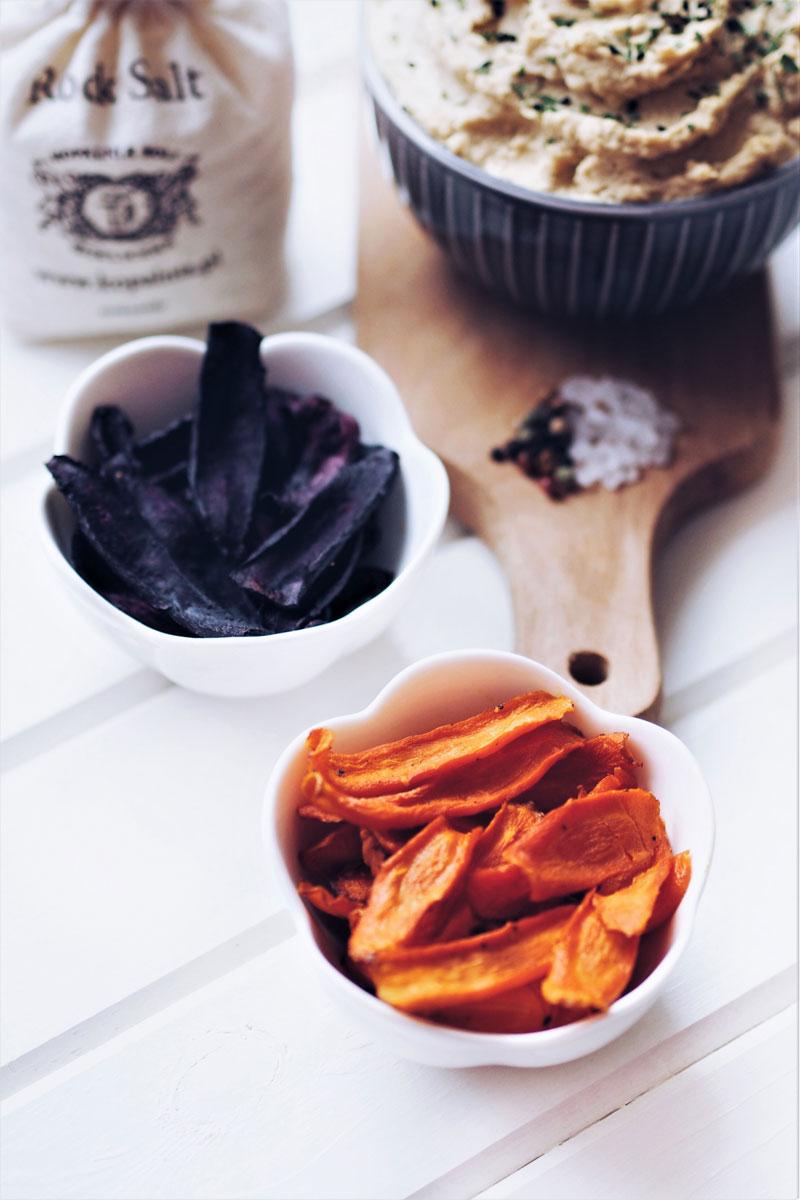 Pieczone chipsy, z pomarańczowej i fioletowej marchewki, z dodatkiem soli i pieprzu.