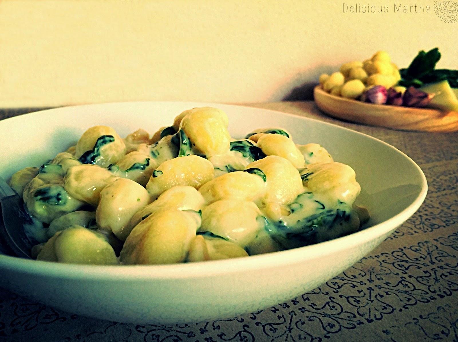 Gnocchi con espinacas y salsa a los tres quesos