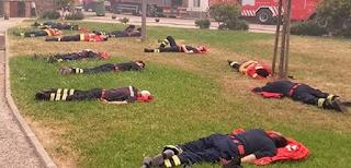 Πυροσβέστες «ξαπλώνουν στο γρασίδι» και η φωτογραφία τους κάνει όλο το ίντερνετ να υποκλιθεί