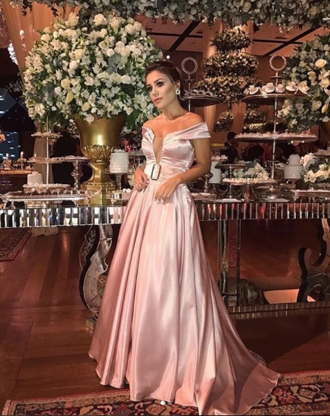 vestido de festa rosa longo saia ampla e decote ombro a ombro