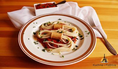 Makaron spaghetti z parówką i leczem