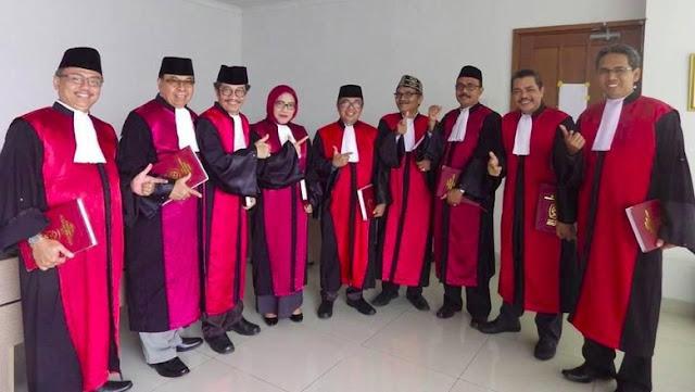 Heboh! Para Hakim PN Jakpus Pose 'Salam Dua Jari'
