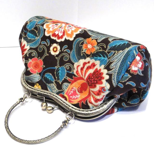 Яркая сумочка с цветами: коричневая сумка с бирюзовым и оранжевым. Ткань с золотыми контурами - очень красивая летняя сумочка