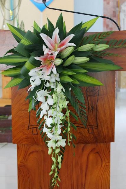 Mẫu cắm hoa bàn đọc sách  thánh, Nghệ thuật cắm hoa nhà thờ, Cắm hoa phụng vụ, cắm hoa nhà thờ đẹp, cắm hoa nghệ thuật, cắm hoa theo mùa phụng vụ