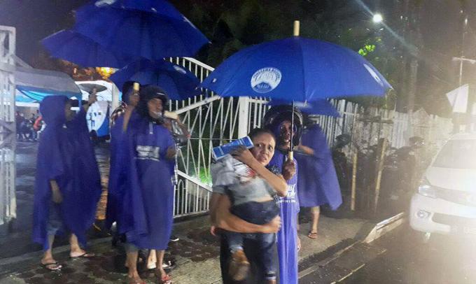 Malam Natal, Relawan IYL-Cakka Rela Jadi Ojek Payung Gratis di Gereja