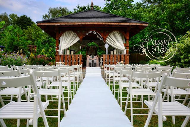 biały dywan na ślubie w plenerze.