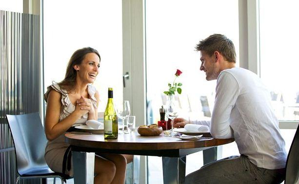 Primera cita de una pareja compartiendo un café
