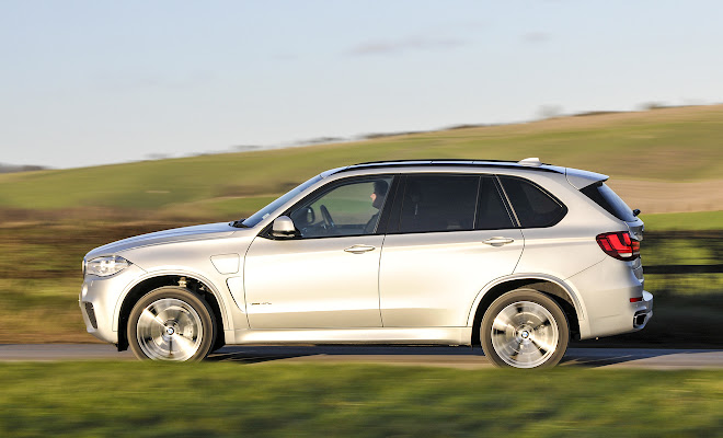 BMW X5 xDrive40e side view, driving