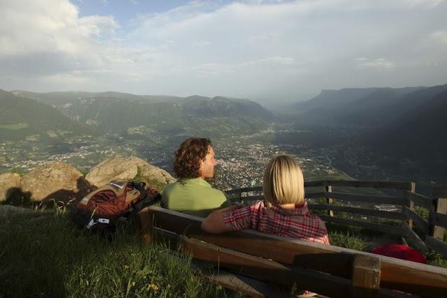 Die wohlverdiente Pause bei der Wanderung am Meraner Höhenweg... Vergessen Sie nicht, die traumhafte Aussicht auf sich einwirken zu lassen!