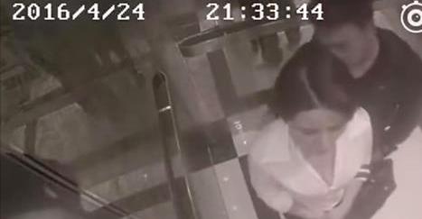 La caméra de surveillance filme comment l'homme harcèle la femme dans l'ascenseur. Mais attendez de voir ce qui se passe à 0:21!