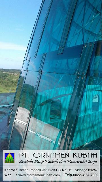 Proses pemasangan penutup atap kubah transparan