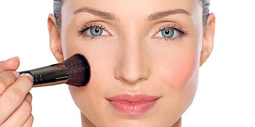 chica maquillandose con brocha tips de maquillaje