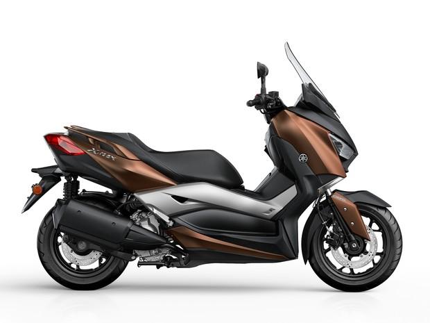 14fcd9595 A Yamaha revelou o novo X-Max 300, scooter que é a evolução do X-Max 250. O  modelo será produzido na Indonésia e chega às lojas da Europa em março de  2017.