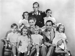 El matrimonio Goebbels con sus hijos, Harald Quandt de pie en el centro