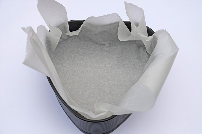 Bekleed een taartvorm met een vel bakpapier.