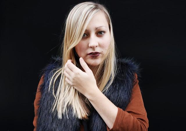 Kleines Schwarzes Kleid ootd Fashionblogger Mode Blogger Fake Fur PU Leder Dotted Tights