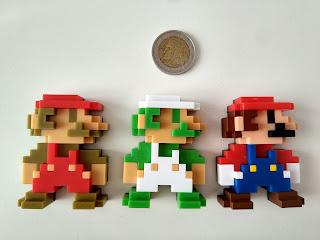 Figuras de Mario y Luigi comparadas con dos euros