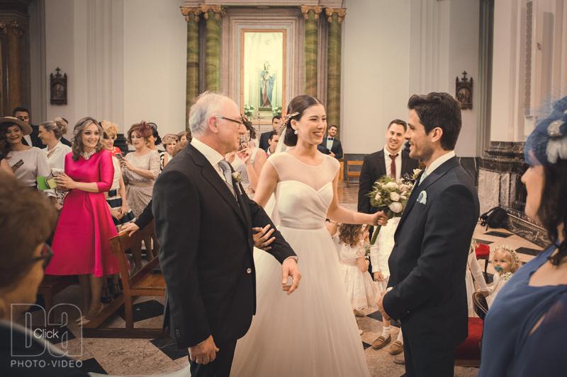 Padrino entrega la mano de su hija al novio