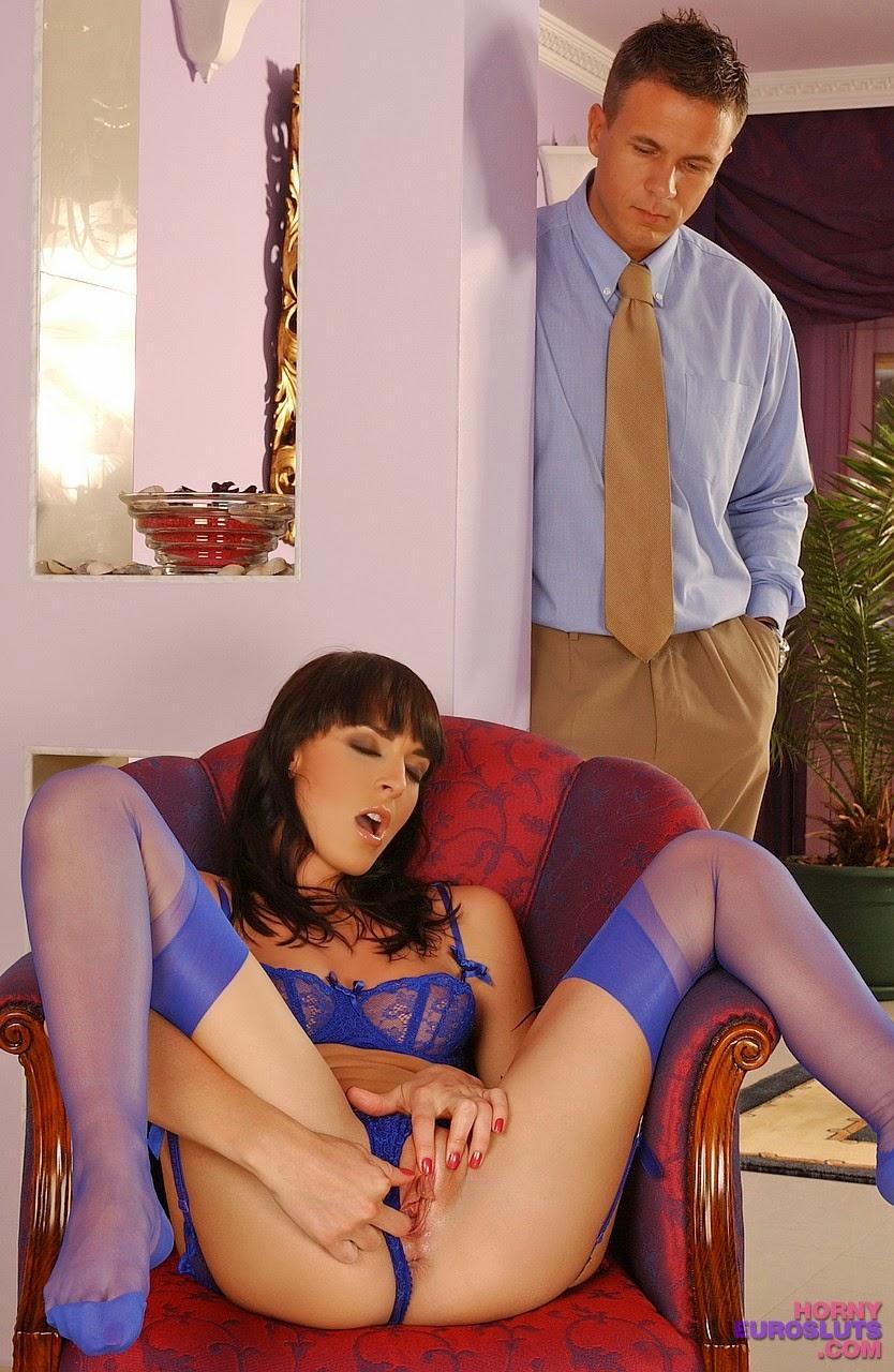 смотреть онлайн застал за мастурбацией муж крепко