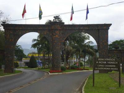 Doppio arco all'ingresso della città