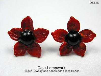 rote Blumen Ohrstecker aus Glas