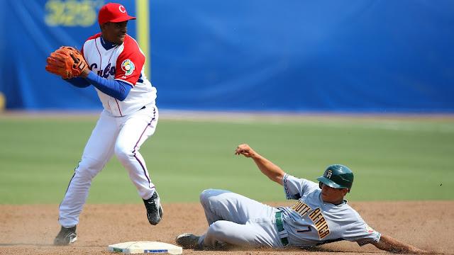 Después de jugar su última Serie Nacional en la temporada 53 (2014), Navas escapó del radar de la pelota cubana, al formar parte en 2015 de un nutrido grupo de más de 150 peloteros que salieron hacia República Dominica
